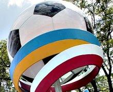 На въездах в Киев появились футбольные мячи (ФОТО)