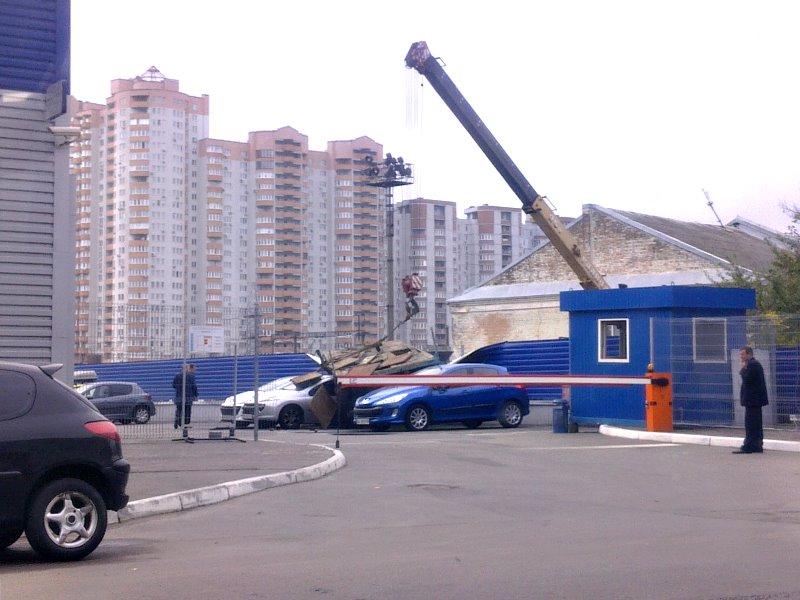 """В Киеве новую модель """"Пежо"""" сверху прибило строительным прицепом"""