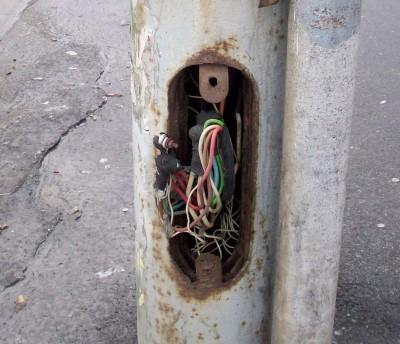 Проблемы Киева: оголенные провода фонарных столбов