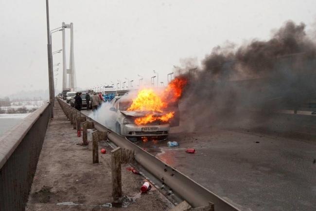 Подробности пожара в Киеве на Южном мосту