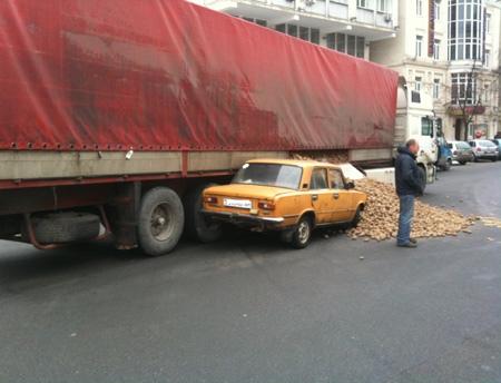 Рассыпавшаяся картошка привела к затору в Киеве