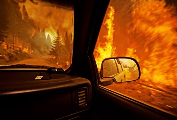 В Киеве во время движения загорелся внедорожник