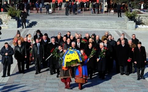 В Киеве Азаров поздравил Шевченко с 198-годовщиной