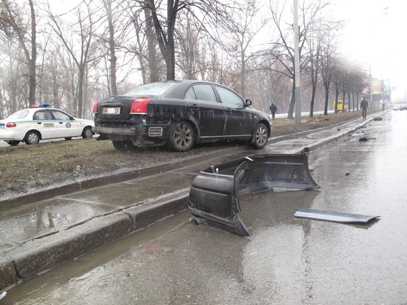 """В Киеве водитель """"Сузуки"""" отправил в нокаут 4 авто"""