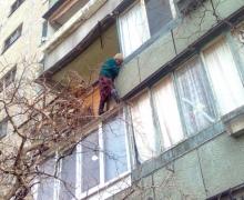 В Киеве 65-летняя бабушка вылезла на козырек балкона 3 этажа