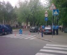 """В Киеве """"Мазда"""" сбила женщину с 2-летней девочкой. Ребенок госпитализирован"""