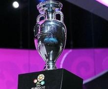На Майдане Незалежности можно сфотографироваться с Кубком УЕФА-2012