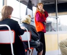 Водителям автобусов для общения с иностранцами выдадут англо-украинские разговорники