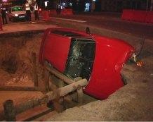В Киеве автомобиль с пассажирами провалился в ремонтную яму