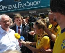 Азаров выиграл пари у шведского болельщика