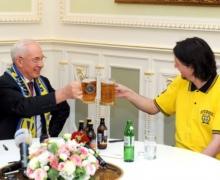 Азарову в Кабмин принесли шесть бутылок пива
