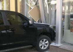 В центре Киева женщина-водитель разнесла витрину магазина