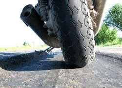 В Киеве машины превратили асфальт в пластилин