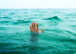 На Оболони на глазах у жены утонул 75-летний мужчина