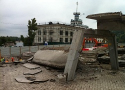 На Почтовой площади снесли пешеходный мост
