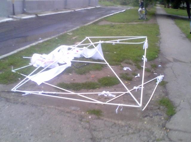 В Киеве у палатки Партии регионов украли металлические опоры