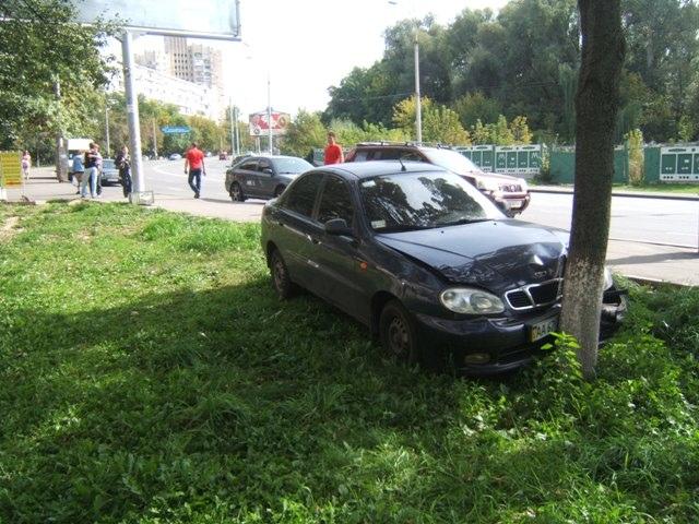 В Киеве машина без водителя сбила мать с ребенком