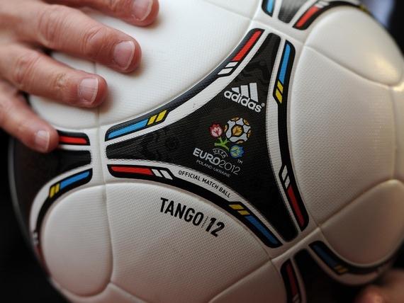 Киеву подарили огромный мяч Евро-2012