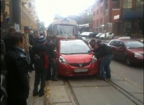 Киевлянин припарковал авто прямо перед трамваем
