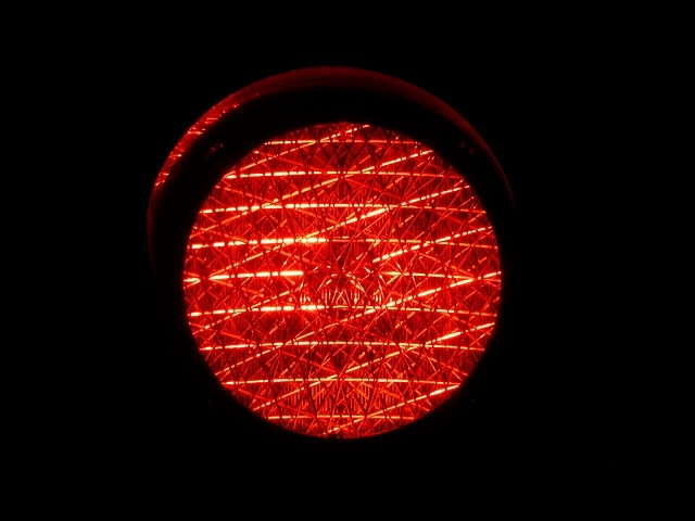 Старушка попала под колеса авто, переходя дорогу на красный свет
