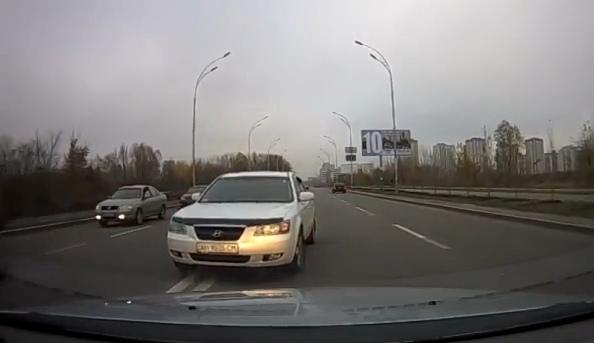 В Киеве водитель наплевал на всех и поехал по встречке