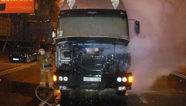 На улице Довженко на дороге загорелся грузовик