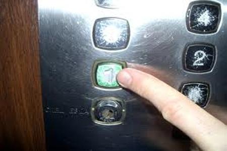 """Очередной """"лифт-убийца"""" травмировал киевлянку"""