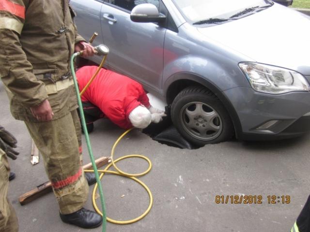 Автомобиль провалился в образованную в асфальте яму