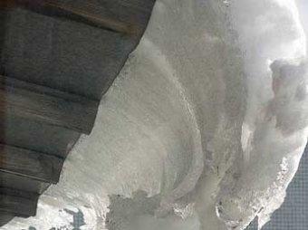 В Киеве ледяная глыба едва не убила пенсионерку