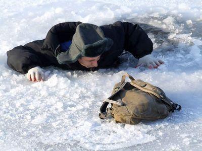 Под Киевом пенсионер провалился в ледяную воду