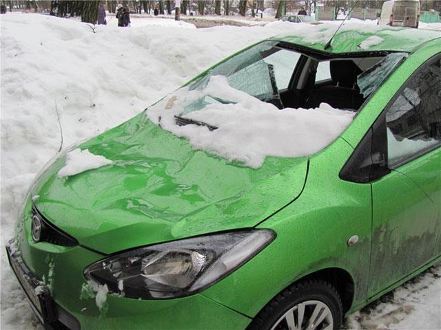 В центре Киева ледяная глыба изуродовала автомобиль