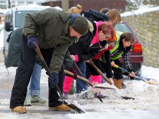 Руководство школ и детсадов просят тщательнее убирать снег