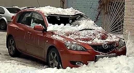 В центре Киева снежная лавина уничтожила иномарку (ВИДЕО)
