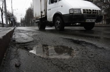 Киевским водителям платят компенсации за ямы на дорогах