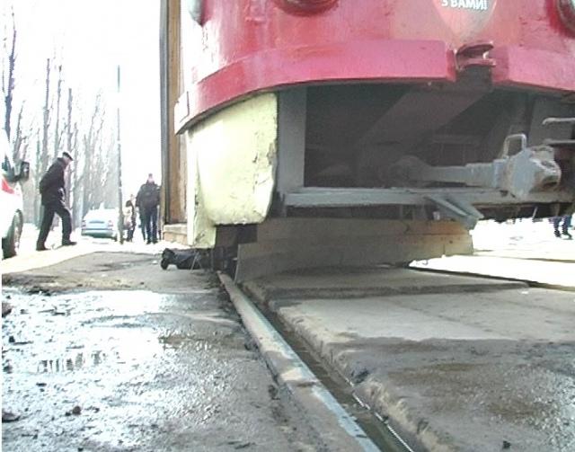 В Киеве мужчину переехал технический трамвай