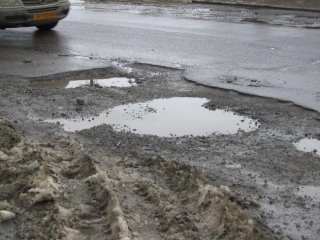 Водители уже не удивляются ремонту дорог в Киеве