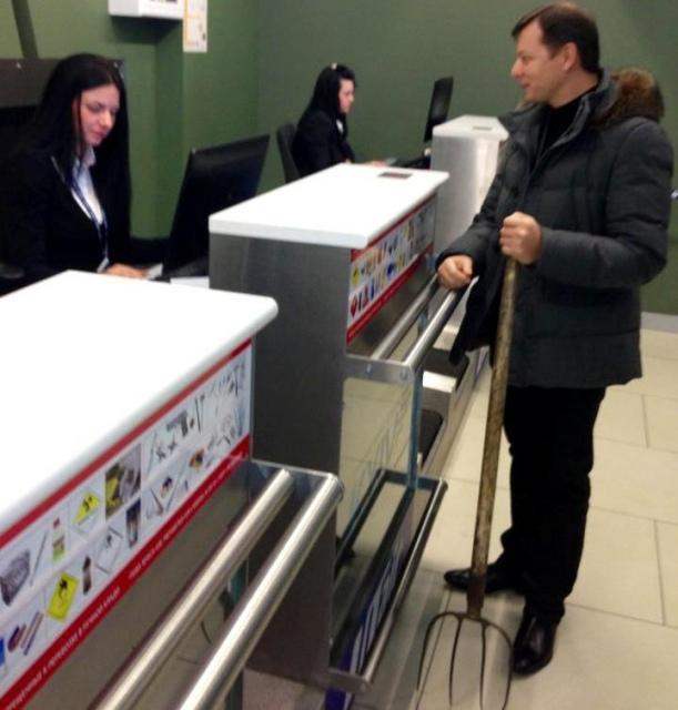 Ляшко собрался лететь из Киева в Донецк вместе с вилами