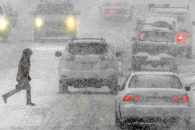 Снег парализовал движение в Киеве