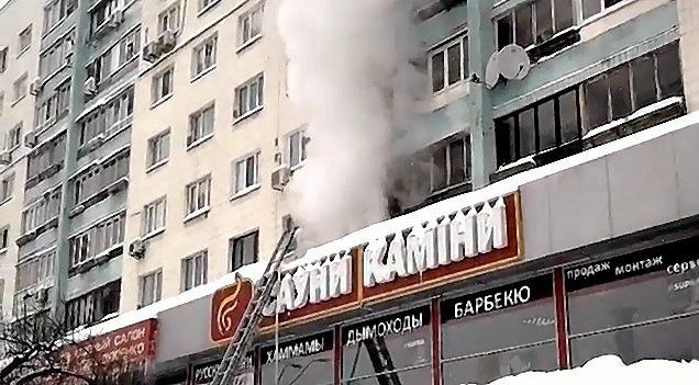 На проспекте Победы пожар в доме заставил людей эвакуироваться