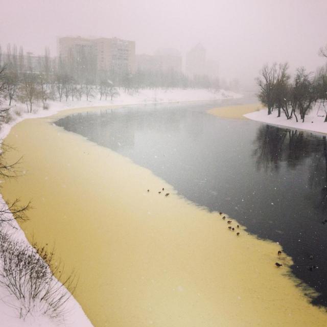 Катастрофа в Киеве? Вода в Днепре становится желтого цвета