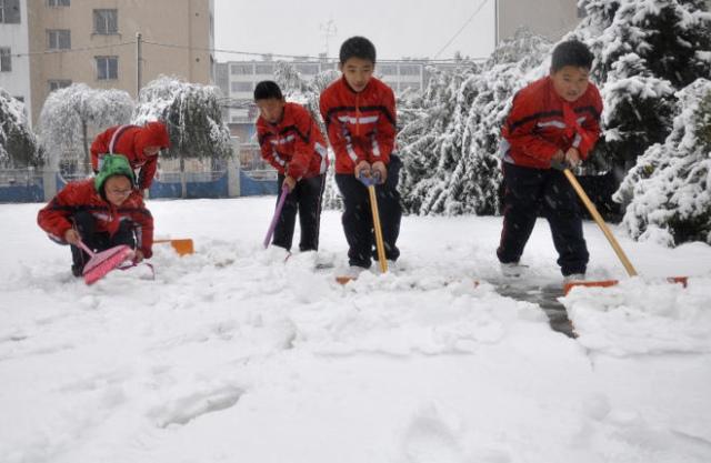 Школьников с родителями подключат к уборке снега