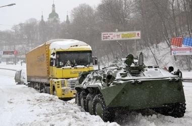 К спасению заснеженных киевлян подключаются обычные люди