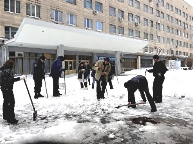 """Коммунальщики забыли почистить двор больницы """"Охматдет"""""""
