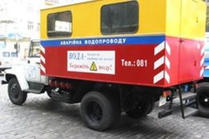 Киевводоканалу мешает дерево, чтобы ликвидировать аварию на водопроводе