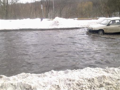 Несмотря на снегопад, в Киеве продолжается двухмесячник по благоустройству