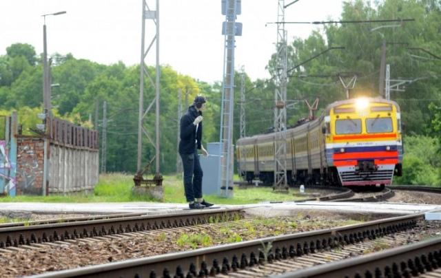 На пригородном ж/д вокзале поезд сбил мужчину