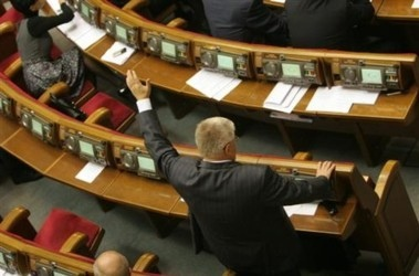 """""""Избранные депутаты"""" ВРУ голосуют руками вне парламентских стен"""