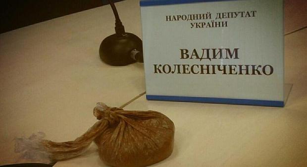 В Киеве во время пресс-конференции в нардепа запустили пакетик с фекалиями