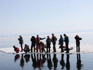 Под Киевом едва не утонули рыбаки, которые плавали под солнцем на льдине