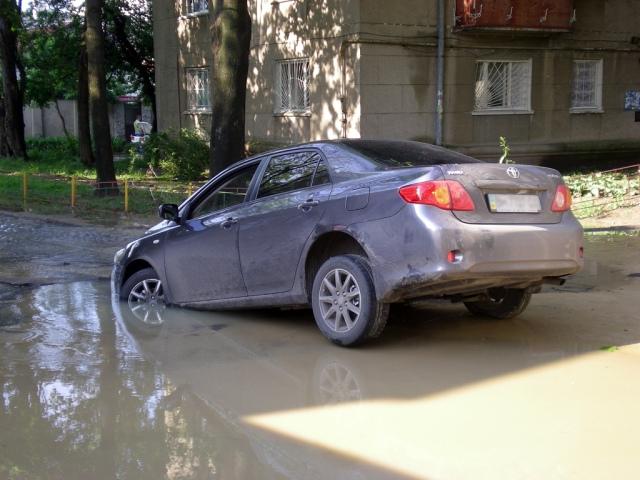 На Грушевского автомобиль угодил в водосток